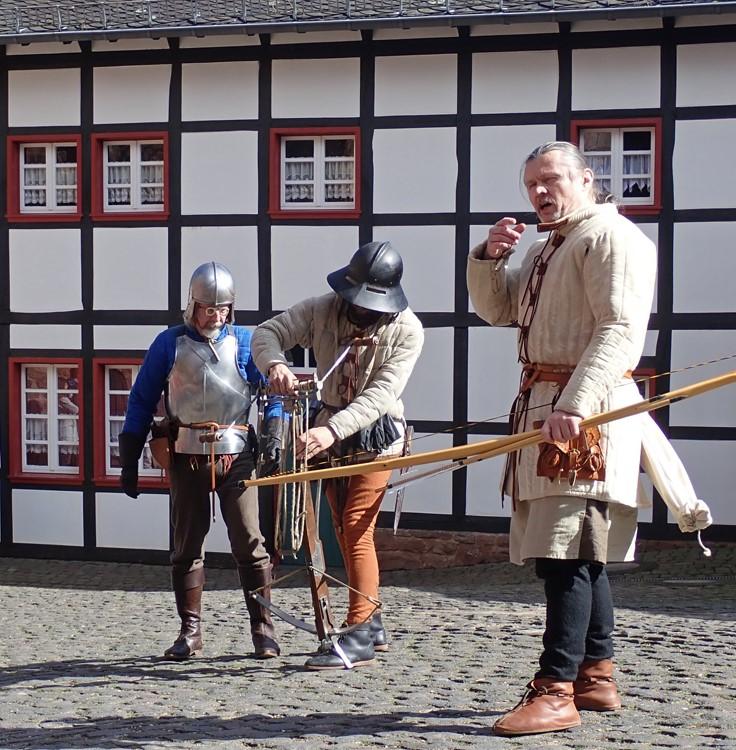 """Die """"Freie Oppumer Schmiede"""" demonstriert, wie Burgen im 14. und 15. Jahrhundert ver-teidigt wurden. Foto: Kreis Düren"""